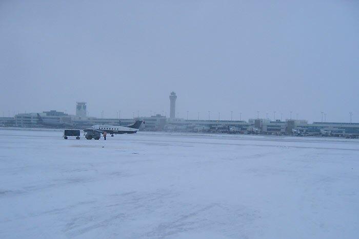Денверский аэропорт в снегу