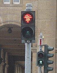 Красная девочка и зелёный пешеход