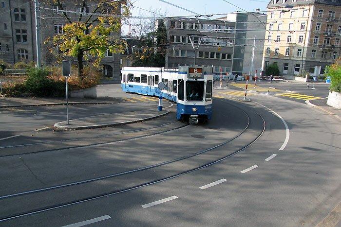 Трамвай на дороге