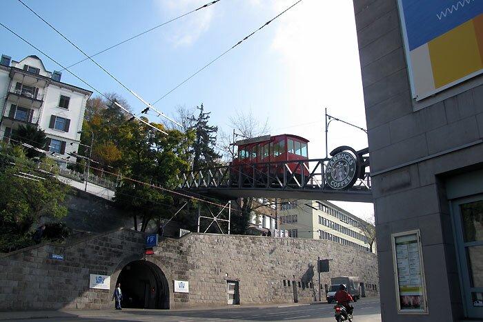 Трамвай над дорогой