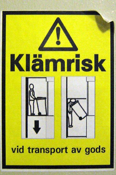 Надпись в лифте: Klamrisk vid transport av gods